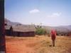Christelle traverse un village